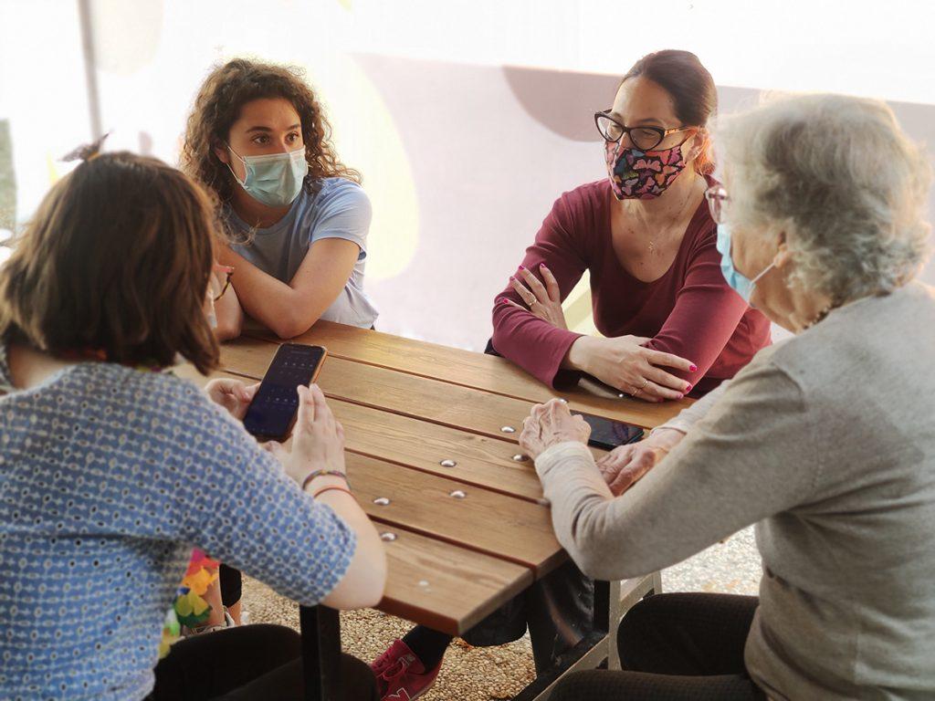 Giovani ed anziani durante uno degli incontri dedicati alla formazione digitale